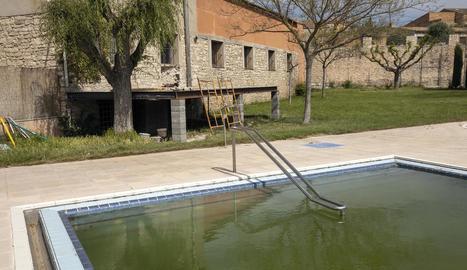 La piscina i, en segon pla, el lloc on anirà la terrassa.