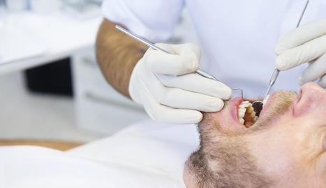 Imatge d'arxiu d'un pacient atès per un dentista.