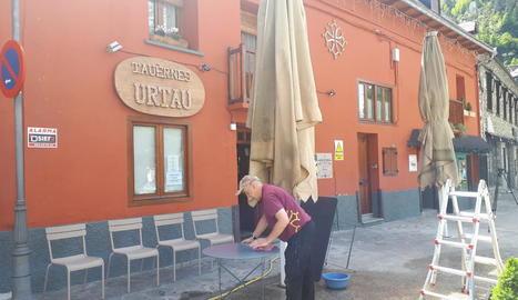 Un establiment d'Arties on ahir preparaven taules i cadires per obrir la terrassa el dilluns 11.