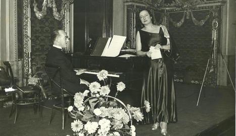 Conxita Badia, amb Robert Gerhard, a Barcelona, l'any 1935.