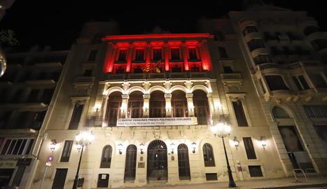 La façana de la Paeria es va il·luminar ahir a la nit de color roig.
