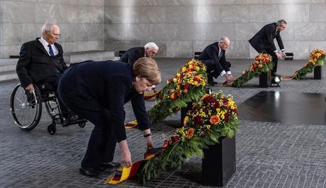 Merkel durant l'ofrena floral a la Neue Wache.