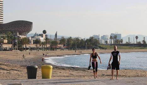 Passejos a les platges de Barcelona en el primer dia d'obertura.