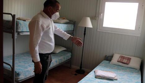 L'alcalde d'Alcarràs mostra una de les instal·lacions.