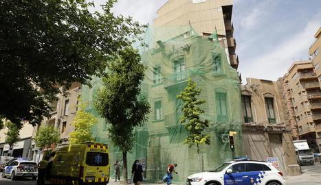 Els serveis d'emergències, ahir davant de l'edifici on va tenir lloc l'accident a Prat de la Riba.