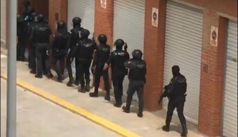 Moment de l'entrada de l'operatiu policial ahir a Almacelles.