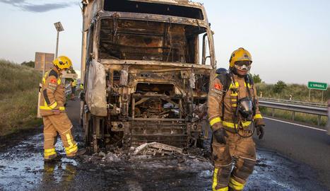 Es crema un camió a Bellpuig i dos ferits en una sortida de via a Alcoletge
