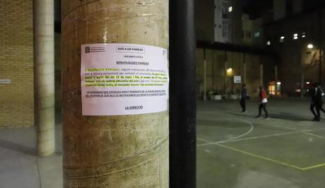Cartell penjat en una escola el 12 de març que anuncia el tancament, previst només per a dos setmanes.