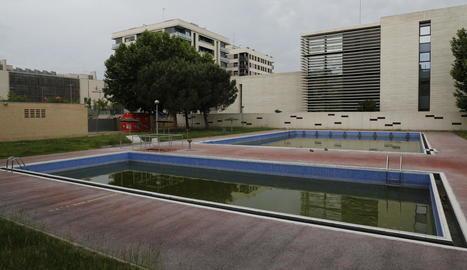 Vista general de les piscines municipals de Cappont, ahir sense data encara per a la'obertura.
