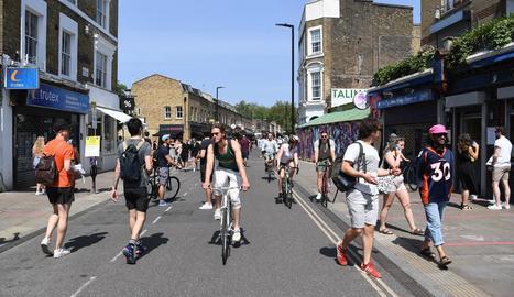Moltes persones van sortir ahir a gaudir del sol sense respectar les restriccions al Regne Unit.