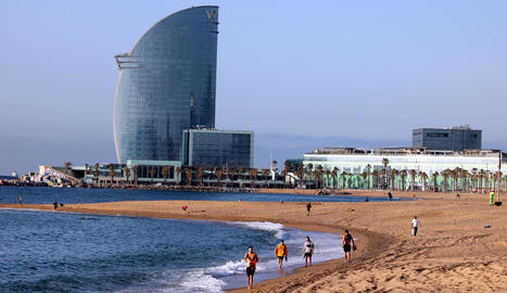 Una platja de Barcelona amb banyistes i esportistes aquesta setmana.