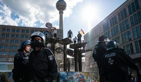 Policies alemanys vigilen alguns manifestants que protestaven contra les restriccions.