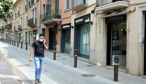 Els carrers de Girona segueixen amb escassa activitat.