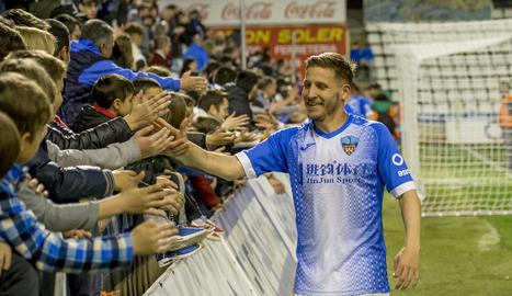 Marc Martínez saluda aficionats a l'acabament de l'últim partit jugat al Camp d'Esports.
