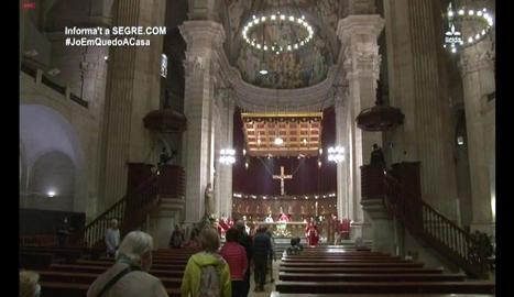 Diversos fidels assisteixen a la missa de Sant Anastasi de Lleida tot i que encara no s'ha entrat a la fase 1