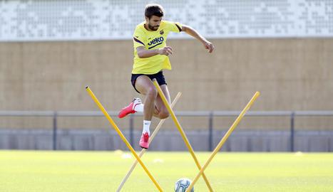 Gerard Piqué, durant l'entrenament d'ahir a les instal·lacions del FC Barcelona.