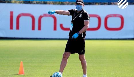 Abelardo, entrenador de l'Espanyol, ahir amb mascareta i guants.