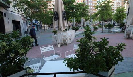 La terrassa d'un establiment de la plaça Ricard Viñes de Lleida, ahir a la tarda.