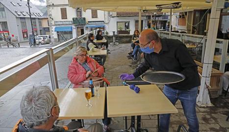 Un cambrer d'un bar de Vielha a l'atendre ahir dos clients en una terrassa.