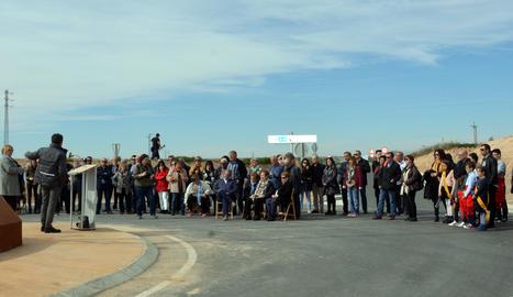 La rotonda d'Almenar, que uneix aquesta localitat amb l'A-14 i que es va inaugurar el març del 2019, llueix l'escultura 'Els pagesos'