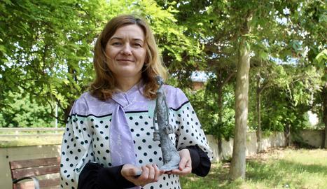 La presidenta del COILL, Montserrat Gea, amb una recreació a petita escala de l'escultura que tindrà la ciutat de Lleida dedicada a les infermeres.