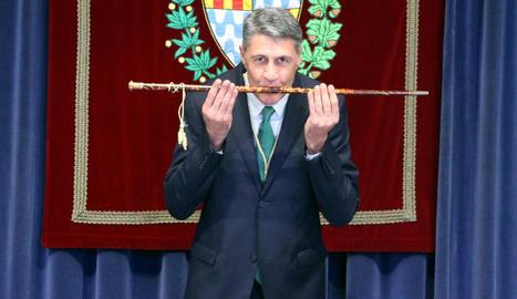 El popular Xavier Garcia Albiol fa un petó a la vara d'alcalde de Badalona.