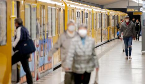 Passatgers a l'estació de metro d'Amrumer Strasse, a Berlín.