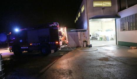 L'incendi es va declarar a les 20.22 hores en una nau industrial de l'empresa PolyArmados
