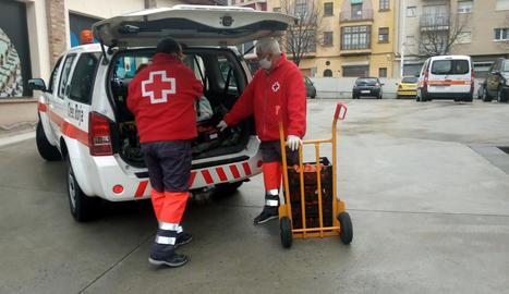 Voluntaris de Creu Roja descarreguen menjar a l'Alt Urgell.