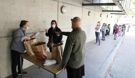 Una dona recull les mascaretes infantils que reparteix la Paeria, ahir al centre cívic de Balàfia.