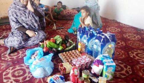 Una família sahrauí amb un dels lots d'aliments.