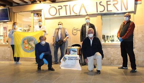 Moment de l'entrega de les ulleres, davant de l'Òptica Isern de la capital de l'Alt Urgell.