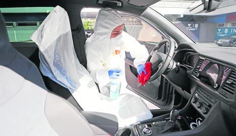 Una empleada del club desinfecta el cotxe de Ter Stegen un cop el jugador arriba a les instal·lacions.