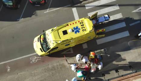 Moment en què els sanitaris van atendre la dona, que va ser evacuada greu a l'Arnau.
