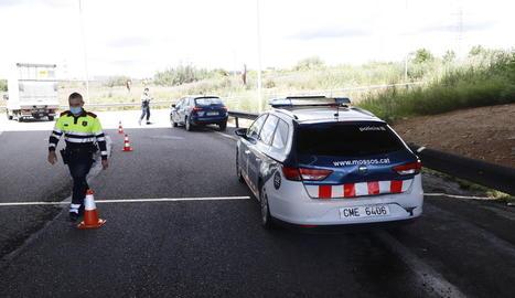 Així va quedar el cotxe patrulla després de ser envestit.