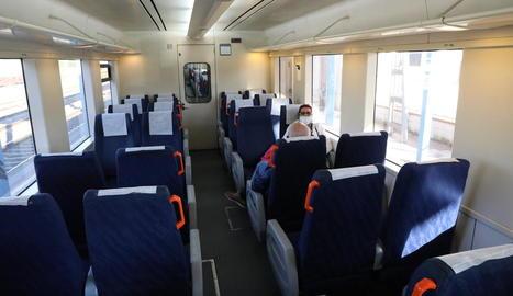Passatgers al tren de la línia de la costa, ahir a l'estació de les Borges Blanques.