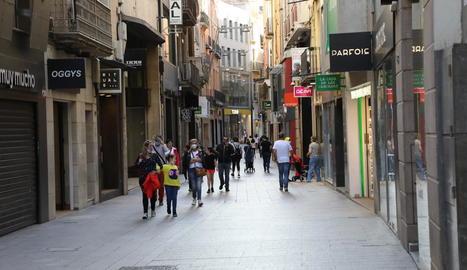 Vista de l'Eix Comercial de Lleida ahir a la tarda, amb alguns transeünts.