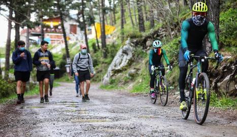 Veïns d'Andorra practicant ahir esport a la muntanya.