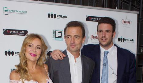 Álex (dreta), amb els seus pares, Ana Obregón i Alessandro Lequio.