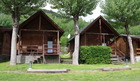 Dos bungalous a un càmping de la Guingueta d'Àneu, al Pallars Sobirà.