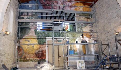 El mural que l'artista Josep Minguell pinta a l'ermita del parc de Sant Eloi de Tàrrega.