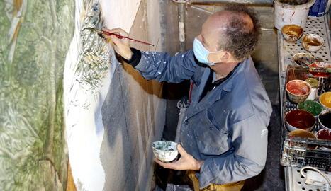 L'artista Josep Minguell pintant un mural a l'ermita del parc de Sant Eloi de Tàrrega.