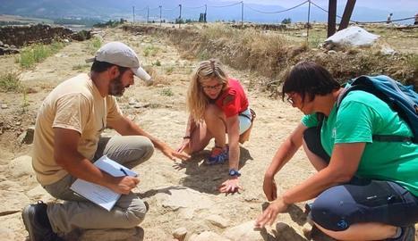 La periodista de l'Alt Urgell Eva Clausó comença la temporada excavant a la Cerdanya.