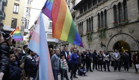 Imatge de la mobilització convocada l'any passat en el Dia Internacional contra l'LGTBI-fòbia a la plaça Paeria de Lleida.