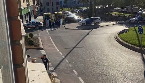 Els sanitaris atenent la dona abans d'evacuar-la a l'hospital Arnau de Vilanova.