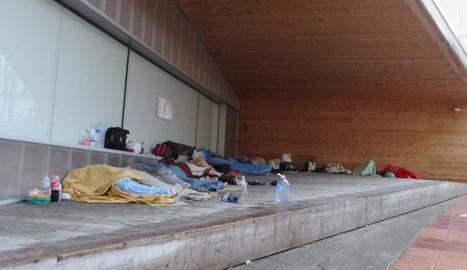 Persones dormint dimecres al ras al carrer Cavallers del Centre Històric.
