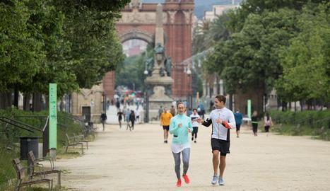 Desenes de persones passejant o practicant esport al parc de la Ciutat Vella de Barcelona.