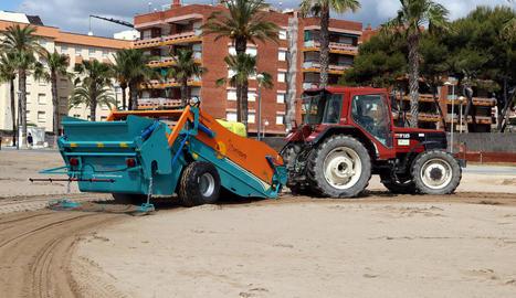 Imatge de la màquina desinfectant estirada per un tractor.