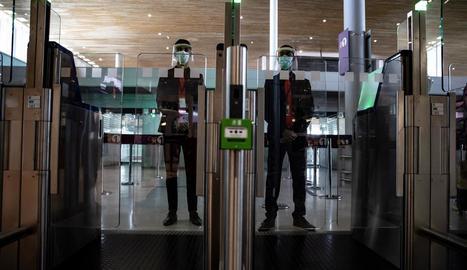 França ha establert controls de viatgers a les estacions de trens, autobusos i aeroports.