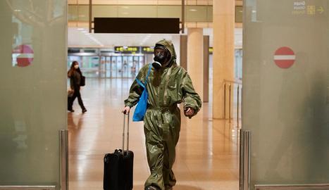 Un passatger procedent de Londres va arribar al Prat amb un vestit protector i màscara antigàs.